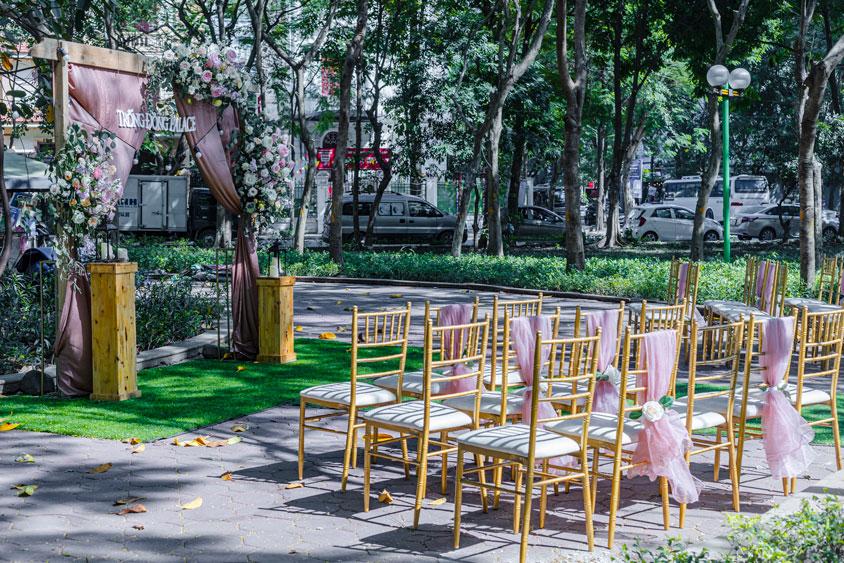 ghế tre hồng và sân khấu cưới