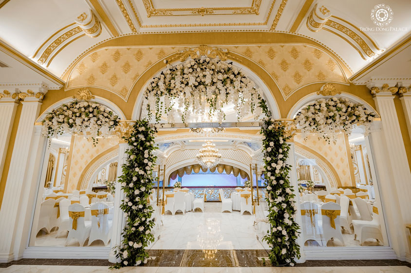 ý tưởng cổng hoa tiệc cưới bên trong
