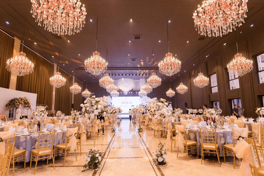 Trang trí tiệc cưới với đèn chùm