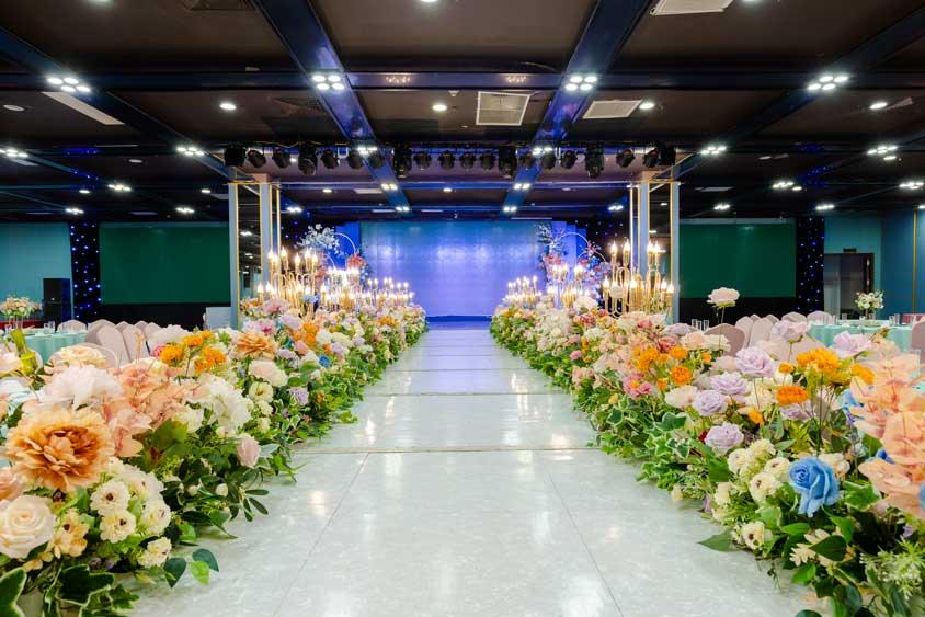 sân khấu và hệ thống chiếu sáng tiệc cưới