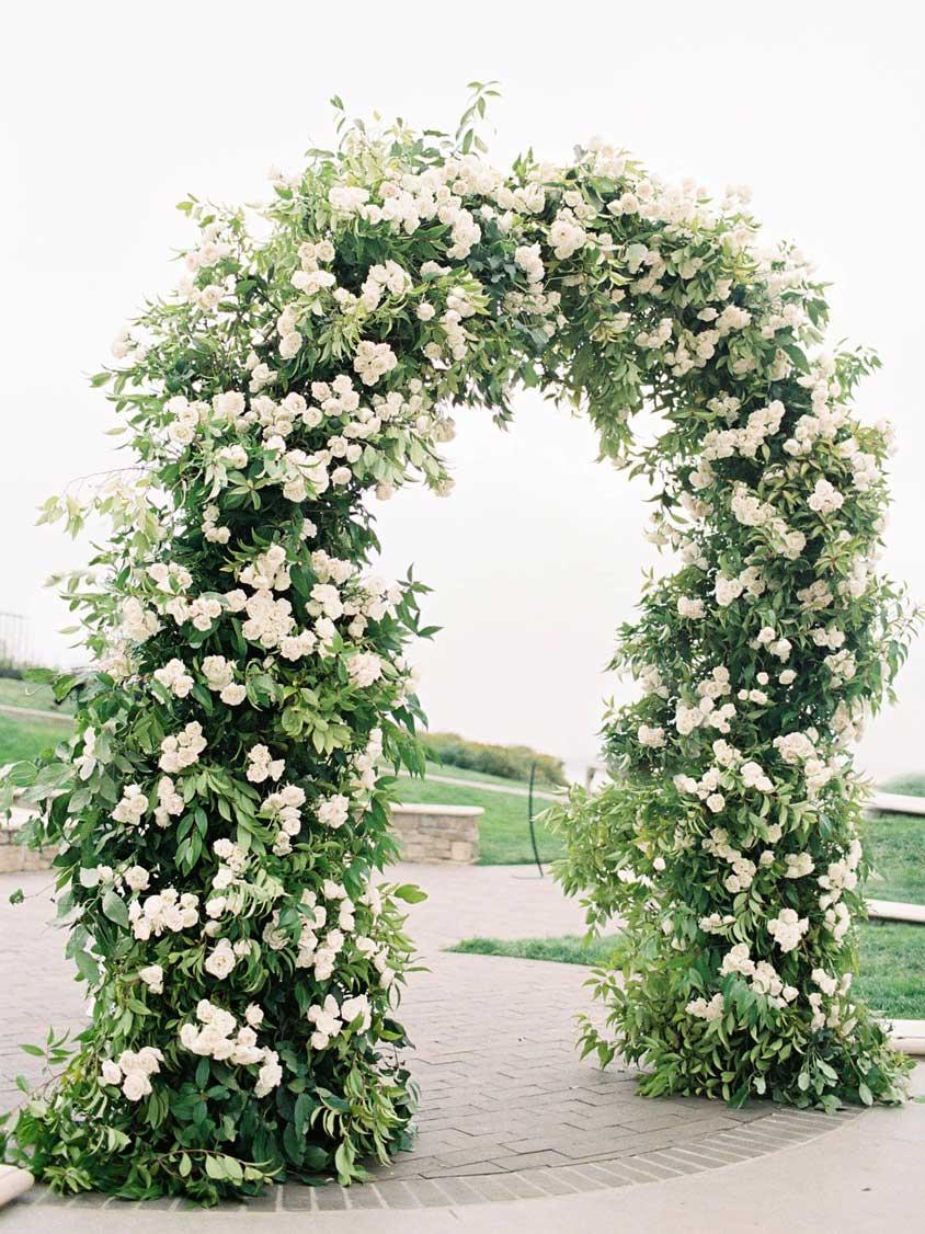 mẫu cổng đám cưới ngoài trời hoa lá