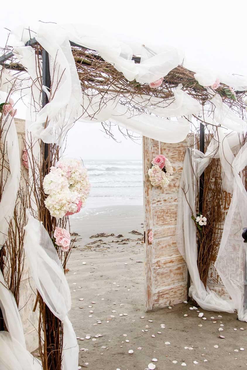 cổng cưới ngoài biển vải voan cành khô