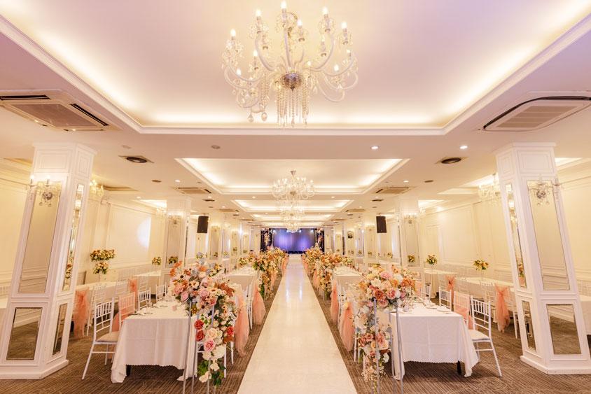 tiệc cưới tối sang trọng với hoa hồng nhạt