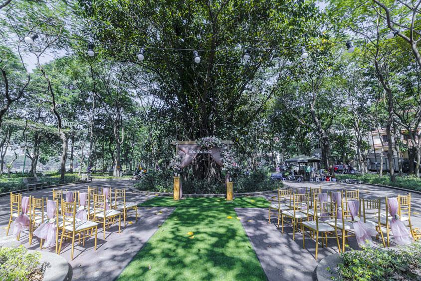 sân khấu cưới và ghế ngoài trời