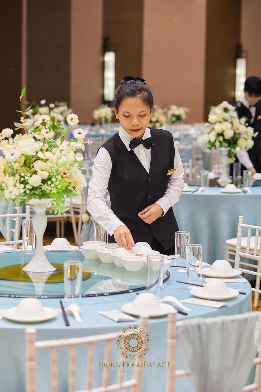 Nhân viên phục vụ tiệc cưới chuyên nghiệp