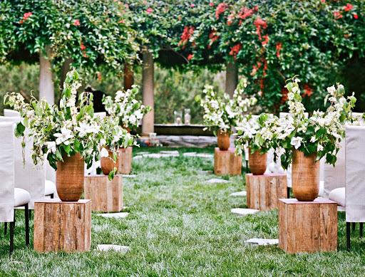 Sân khấu đám cưới ngoài trời phong cách rustic