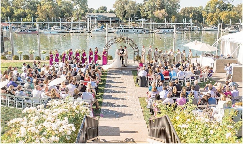 Tiệc cưới ngoài trời ven sông là lựa chọn của nhiều cặp đôi